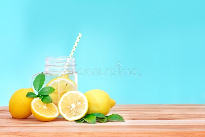 Zitrusfruchtlimonadenwasser mit Zitrone geschnittenem, gesundem und Detox wat stockfotos