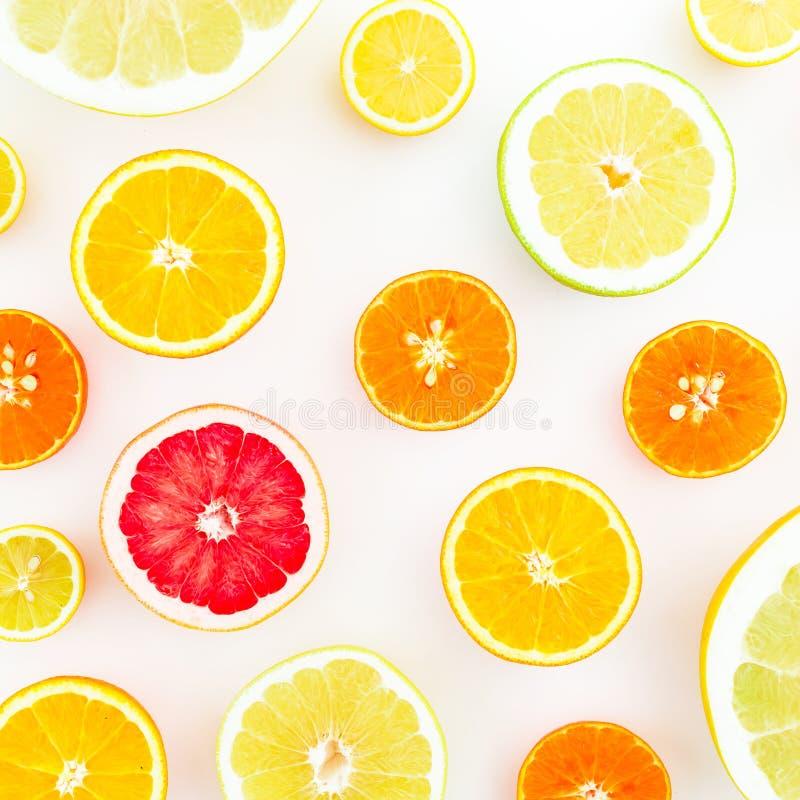Zitrusfruchtmuster gemacht von der Zitrone, von der Orange, von der Pampelmuse, vom Herzchen und von der Pampelmuse auf weißem Hi stockfoto