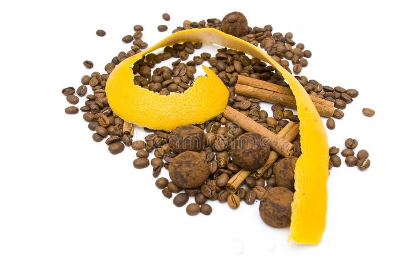 Zitrusfruchtschale und Kaffeebohnen auf Weiß lizenzfreies stockfoto