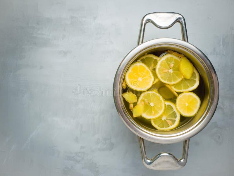 Zitrusfruchtzitronenkalk- und -ingwergetränk auf hellem backgtound stockfotos