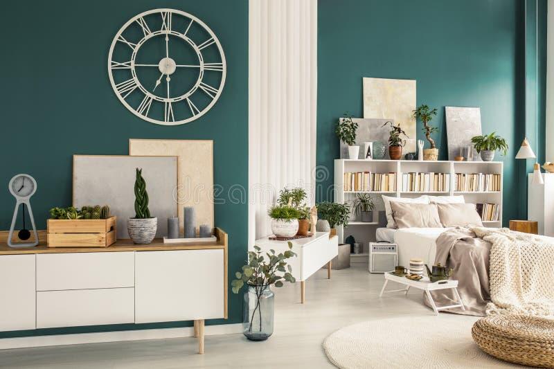Zitslaapkamer met ontwerperdecoratie royalty-vrije stock afbeelding