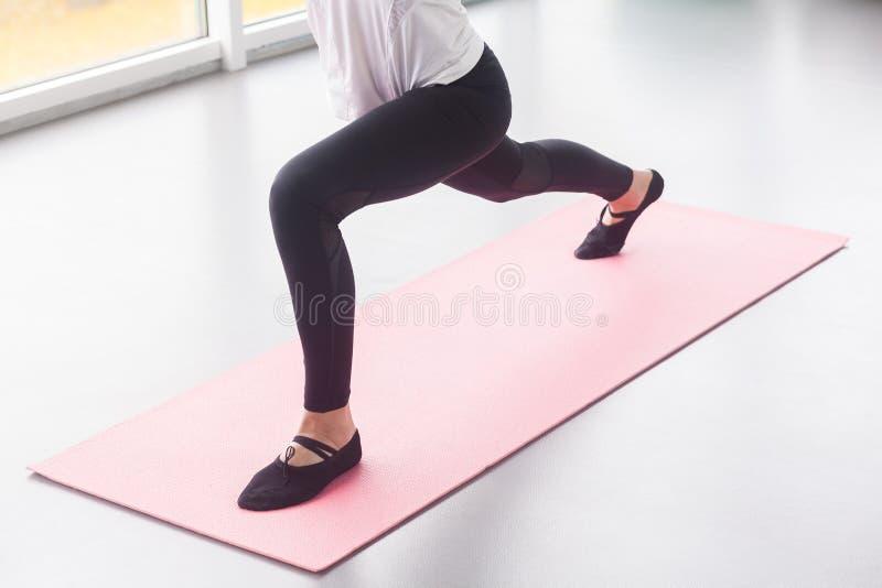 Zitten-UPS, fitness, sportconcept Sluit omhoog benen, mening van hierboven stock foto's