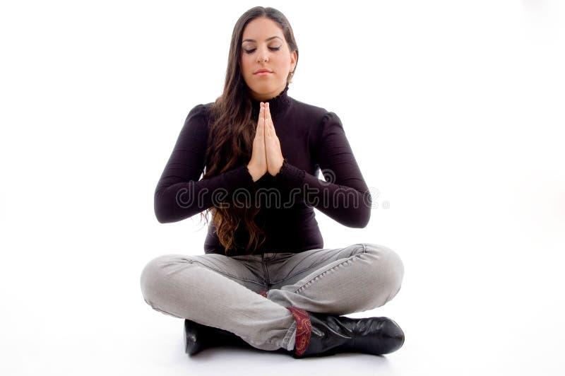 Zittend biddend jong wijfje stock afbeeldingen