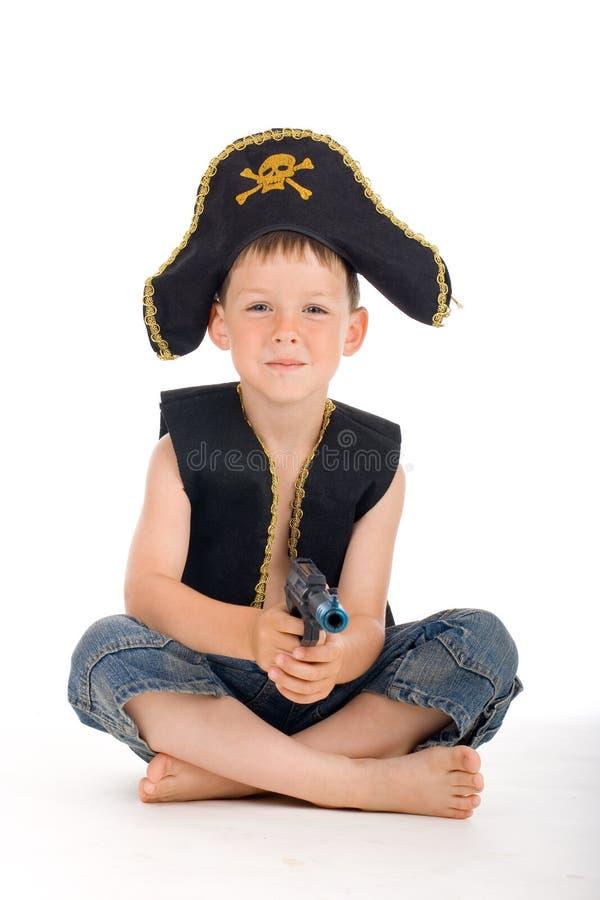 Zittende piraatjongen royalty-vrije stock fotografie
