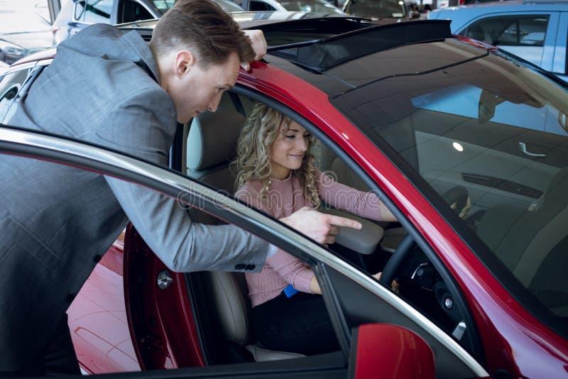 Zitting van de verkopers de leidende klant in auto royalty-vrije stock foto's