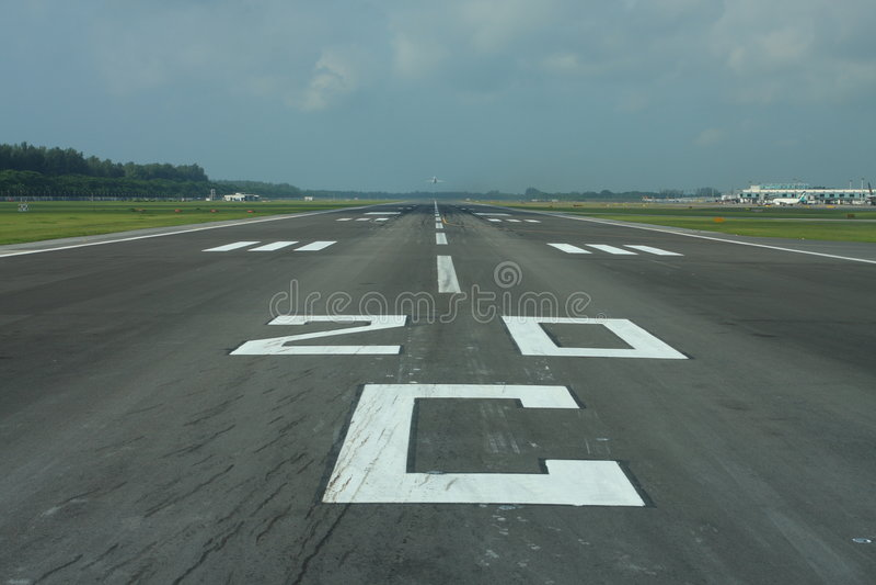 Zivilflughafenlaufbahn stockfotografie