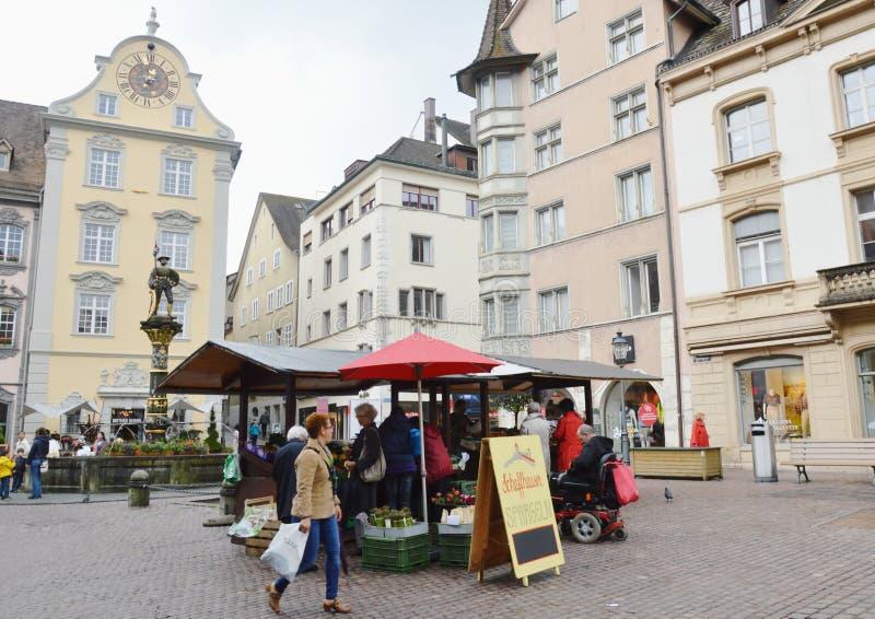 Zivilist und touristischer Kauf etwas Gemüse und Frucht im Lebensmittelgeschäft auf alter Stadt Zürichs lizenzfreie stockfotografie