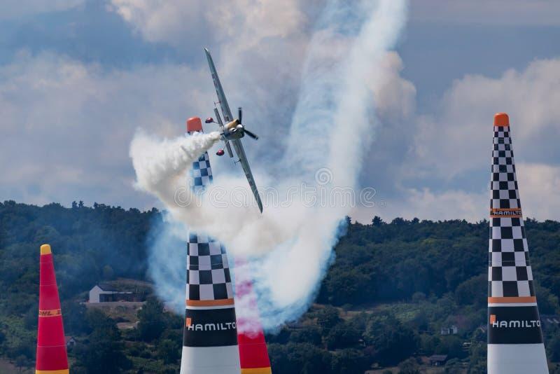 Zivko Edge 540 för grupp för utmanare för Red Bull luftlopp flygplan 2019 över sjön Balaton på den Zamardi staden arkivbilder