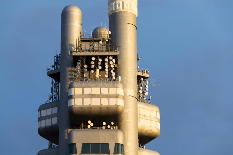 Zizkov电视塔在日落期间的发射机细节在布拉格,捷克 图库摄影