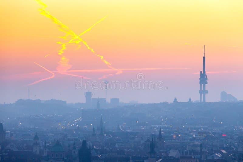 Zizkov telewizji wierza przy wschód słońca, Lesser miasteczka UNESCO, Praga, republika czech zdjęcie royalty free