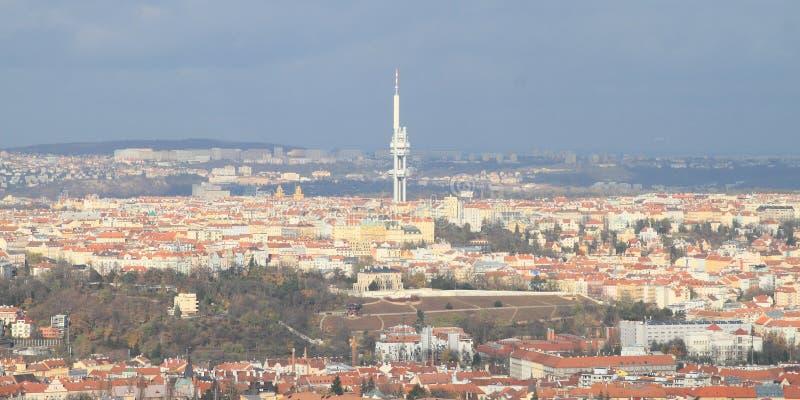 Zizkov TVtorn ovanför stad royaltyfri foto