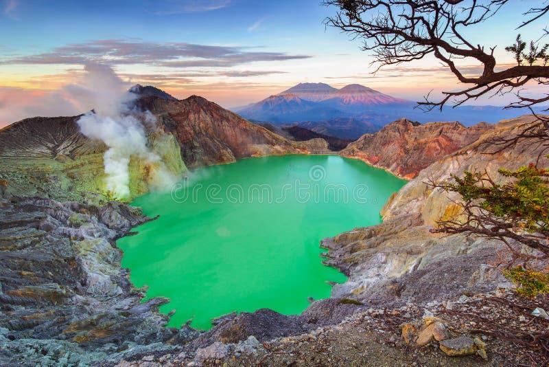 Zjadliwy jezioro, Ijen krater obraz stock