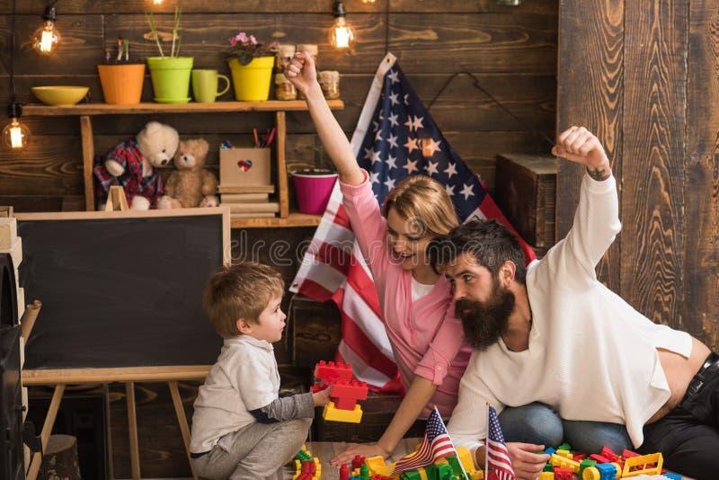 Zjazd rodzinny Zjazd rodzinny dla dnia niepodległości Zjazd rodzinny z flaga amerykańskimi w preschool Święto narodowe obrazy royalty free