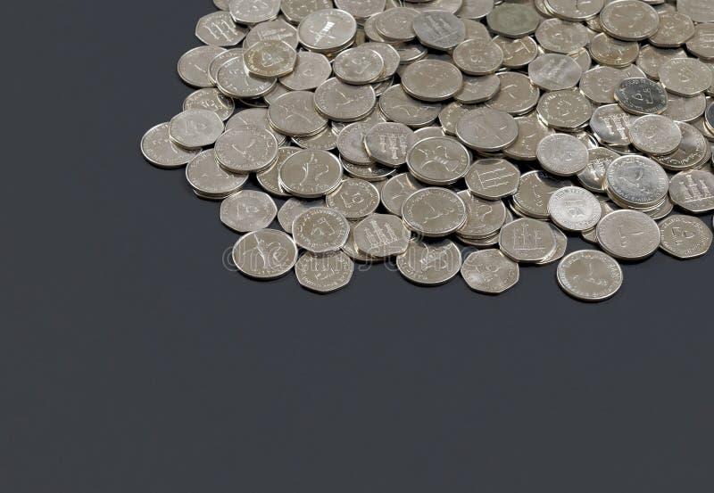 Zjednoczone Emiraty Arabskie dirham monety rozprzestrzeniać out obraz stock
