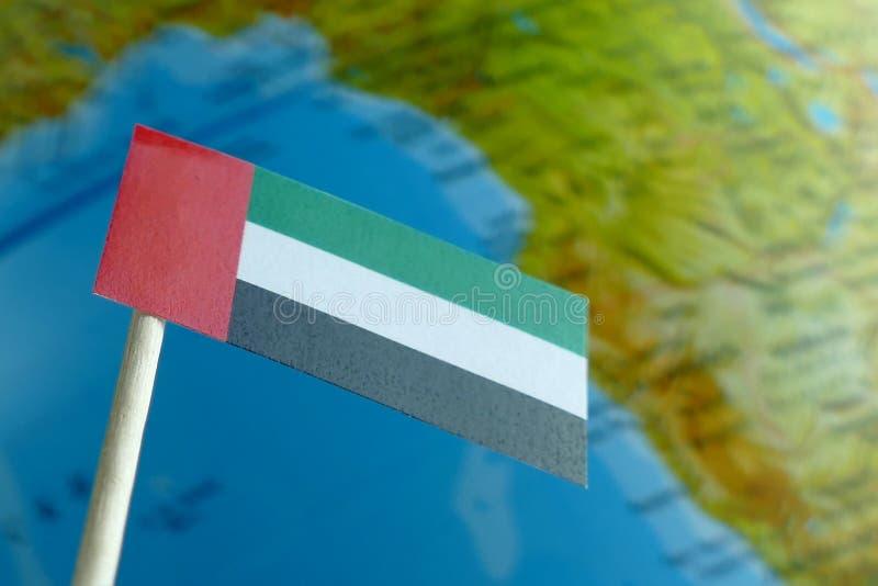 Zjednoczone Emiraty Arabskie flaga z kuli ziemskiej mapą jako tło obraz stock