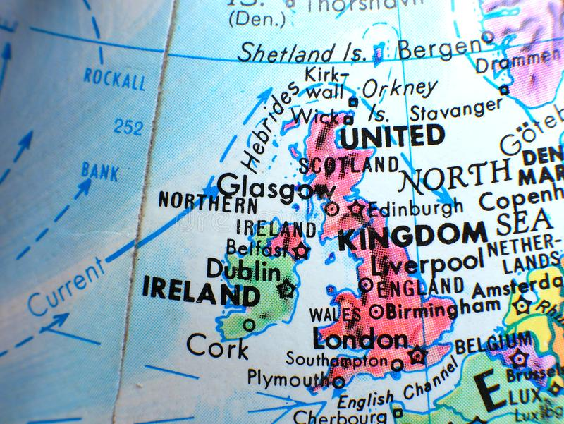 Zjednoczone Królestwo i Irlandia ostrości makro- strzał na kuli ziemskiej mapie dla podróż blogów, ogólnospołecznych środków, str obrazy stock