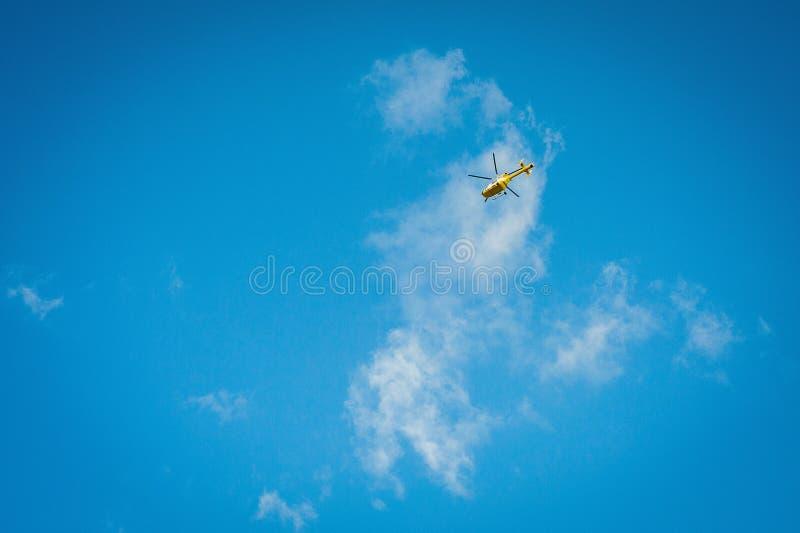 2016 Zjednoczone Królestwo Mersea Żółty helikopter, siekacz na niebie obrazy royalty free
