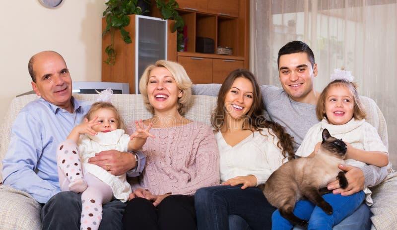 Zlana rodzina w żywym pokoju fotografia stock