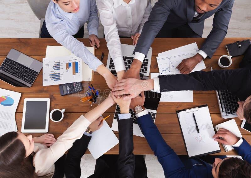 Zlane ręki biznes zespalają się na workspace tle obrazy royalty free