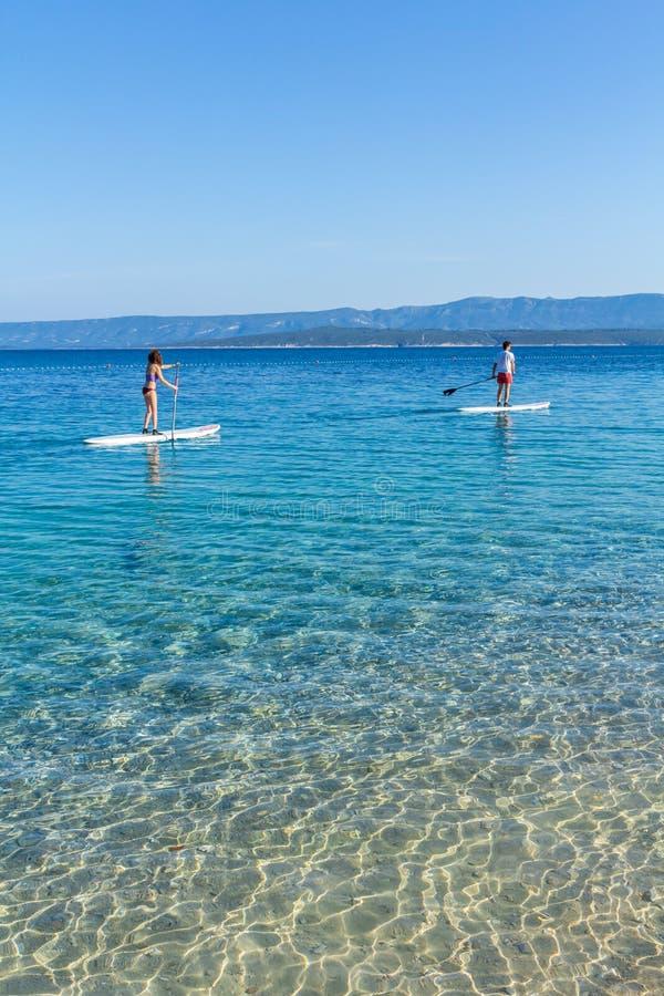 Download Zlatni鼠的直立的桨房客靠岸,克罗地亚 编辑类图片. 图片 包括有 朋友, 节假日, 木板走道, 平安 - 72355285