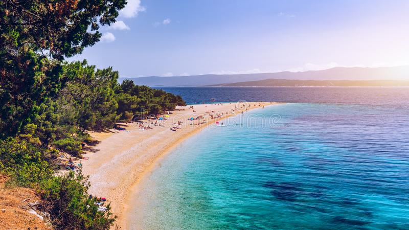 Zlatni tjaller (guld- udde eller det guld- hornet) den berömda turkosstranden i den Bol staden på den Brac ön, Dalmatia, Kroatien arkivfoton