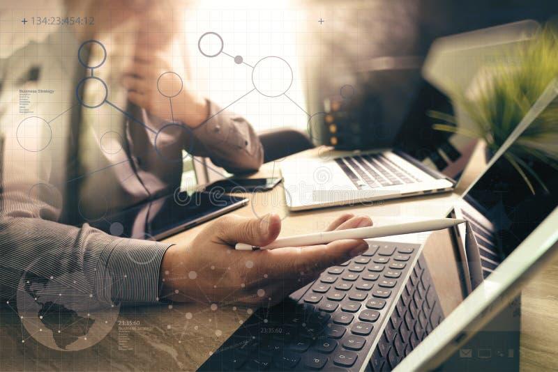 Zlecać na zewnątrz przedsiębiorcy budowlanego pracuje na marmurowego biurka Pracującym laptopie Comput royalty ilustracja
