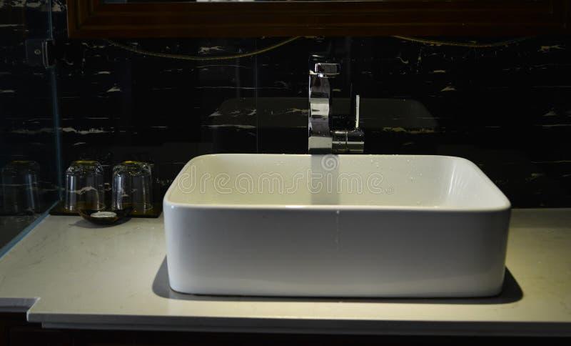 Zlew basenowy faucet w łazience obraz stock