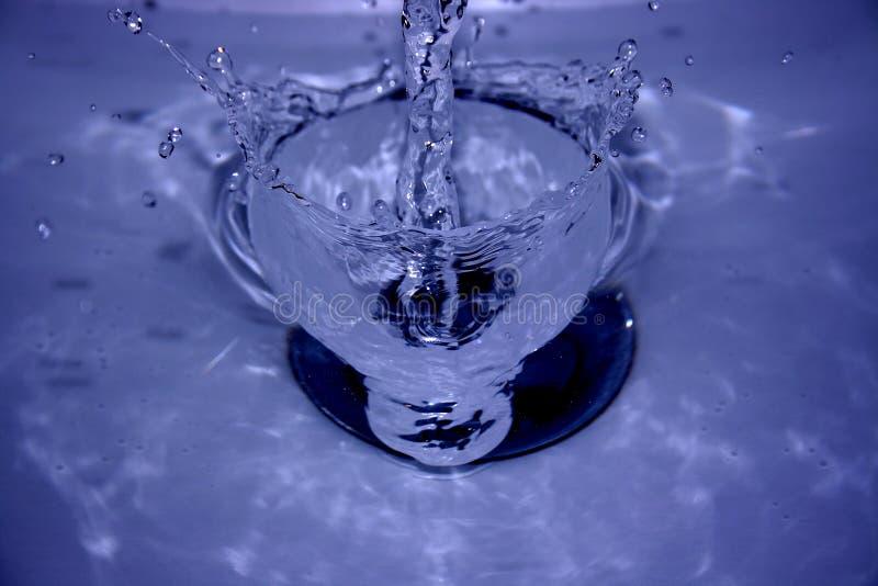 zlew napijemy się wody. zdjęcia stock