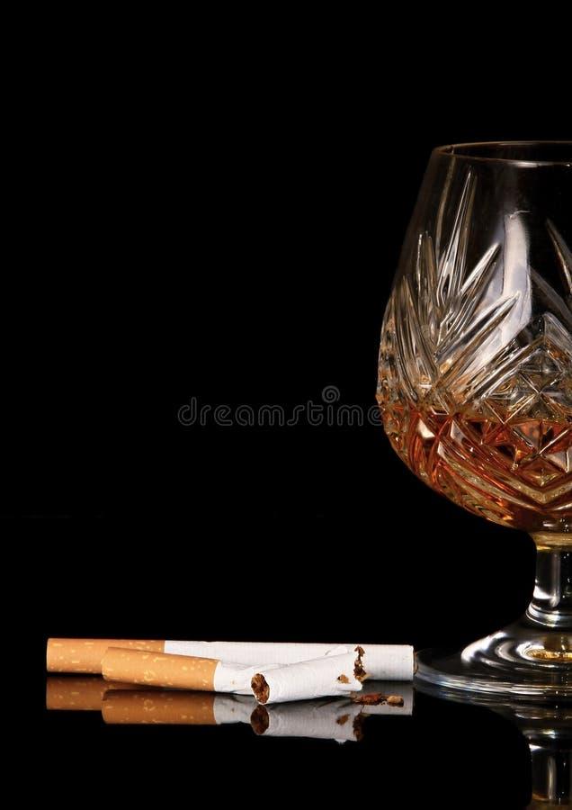 Zli przyzwyczajenia lubią dymić i pić zdjęcie stock