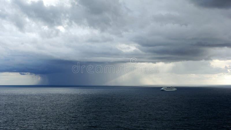 Zlokalizowana Podeszczowa burza Nad oceanem zdjęcia stock