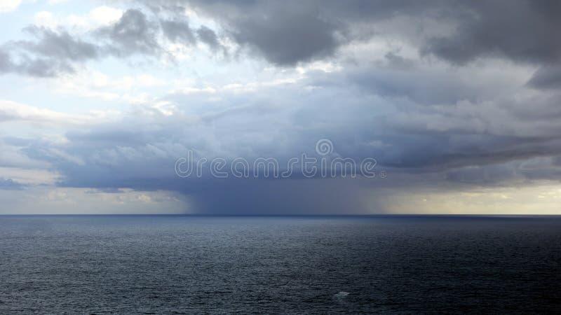 Zlokalizowana Podeszczowa burza Nad oceanem zdjęcie stock