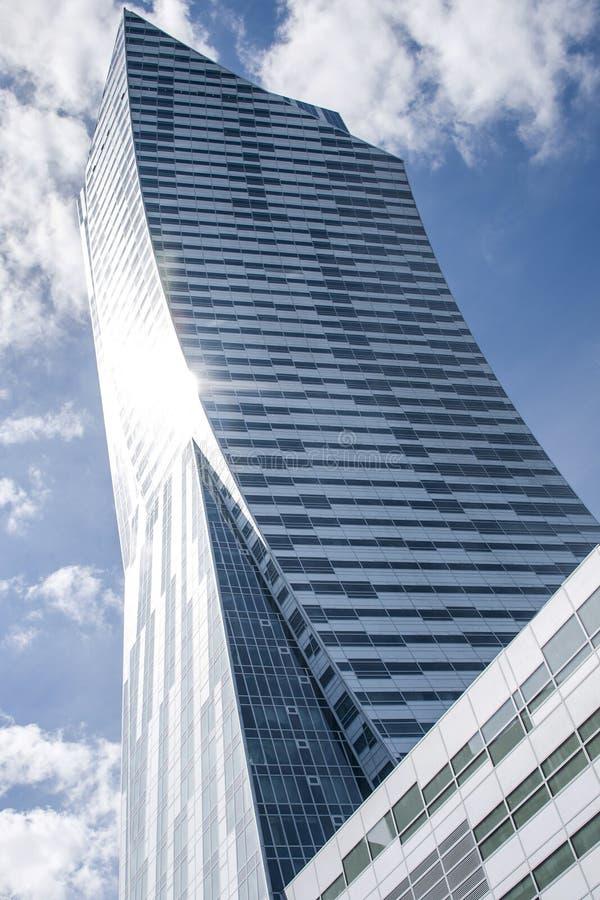 Zlota de oro 44 del rascacielos del cielo azul del horizonte de Varsovia imágenes de archivo libres de regalías