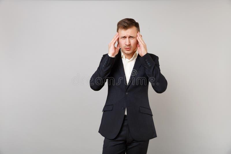 Zmęczony młody biznesowy mężczyzna w klasycznej czarnej kostium koszula ma migreny kładzenia ręki na kierowniczej świątyni odizol fotografia royalty free