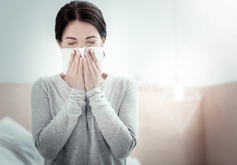 Zmęczeni chorzy kobiety przymknięcia oczy i kichnięcie zdjęcia stock