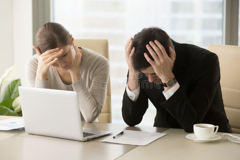 Zmęczeni sfrustowani ludzie biznesu czuć stresuję się, zła wiadomość, com obrazy royalty free