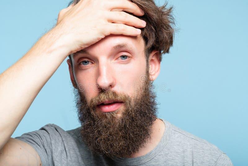 Zmęczeni skołowani mężczyzna sprzęgła głowy zmęczenia przemęczenia zdjęcia stock