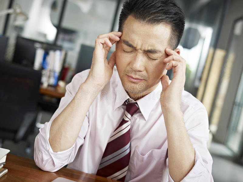 Zmęczona azjatykcia biznesowa osoba obraz stock