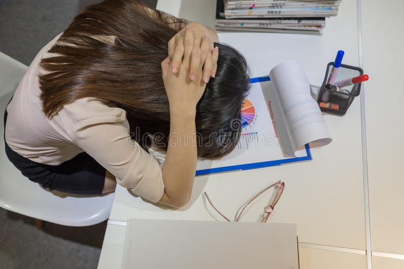 Zmęczona biznesowa pracownik migrena przy pracą obraz royalty free