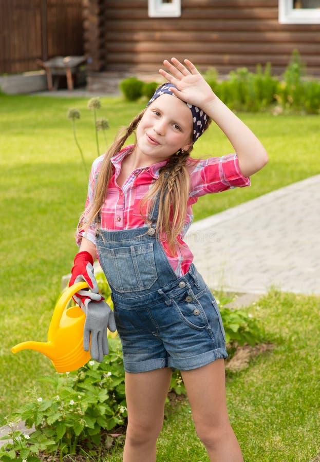 Zmęczona dziewczyna wyciera pot od jego brwi po pracować w ogródzie obrazy stock