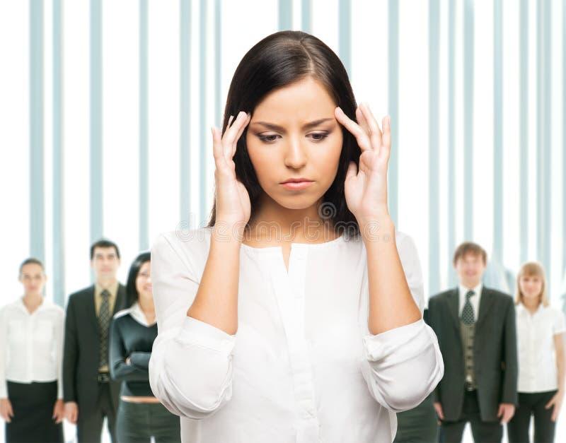 Zmęczona i wzburzona biznesowa kobieta w stresie na bielu obraz stock