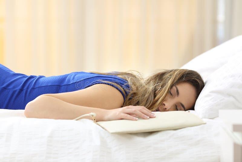 Zmęczona kobieta na łóżku po przyjęcia zdjęcie royalty free