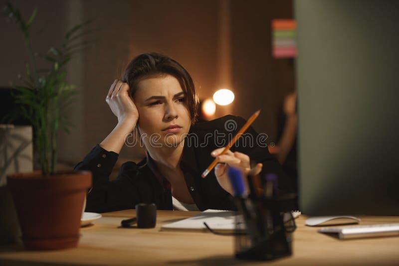 Zmęczona kobieta z ołówkowym działaniem z komputerem zdjęcie royalty free