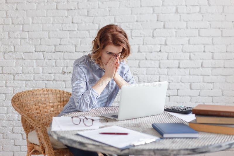 Zmęczona młoda biznesowa kobieta przy pracą zdjęcie royalty free