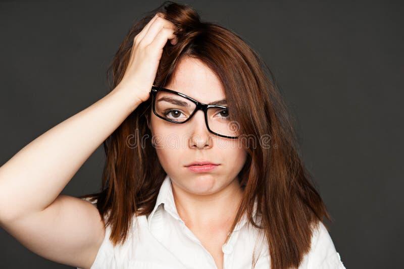 Zmęczona młoda kobieta w szkłach zdjęcie stock