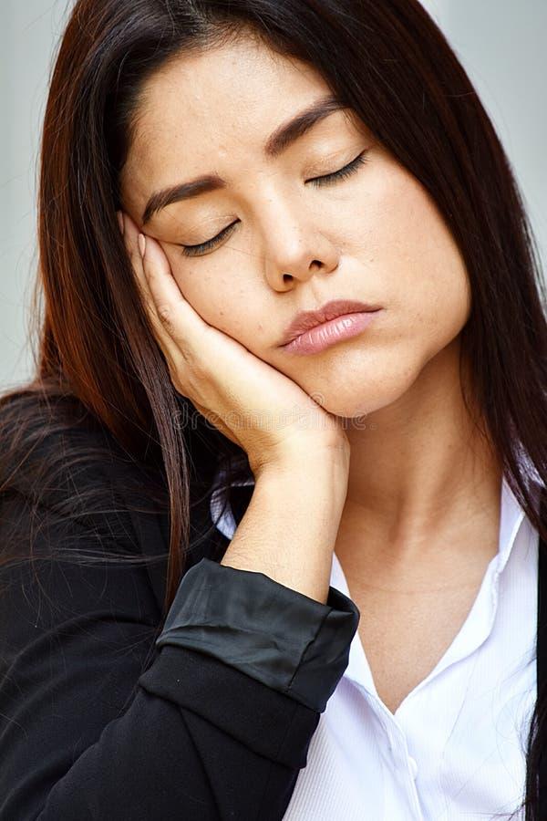 Zmęczona Młoda Kolumbijska Biznesowa kobieta Jest ubranym kostium zdjęcie stock