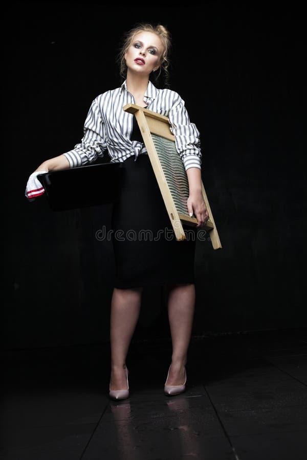Zmęczona moda modela kobiety gospodyni domowa ma złego nastrój fotografia stock