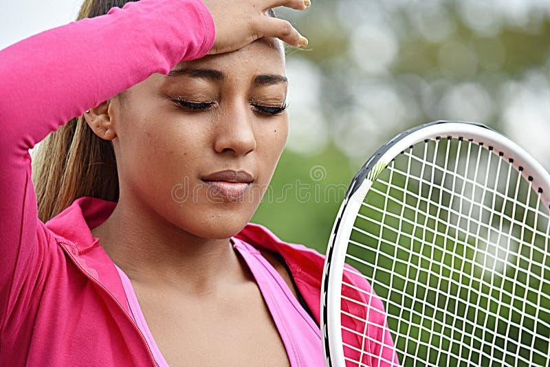 Zmęczona Sportowa dziewczyny gracz w tenisa młodość zdjęcia royalty free