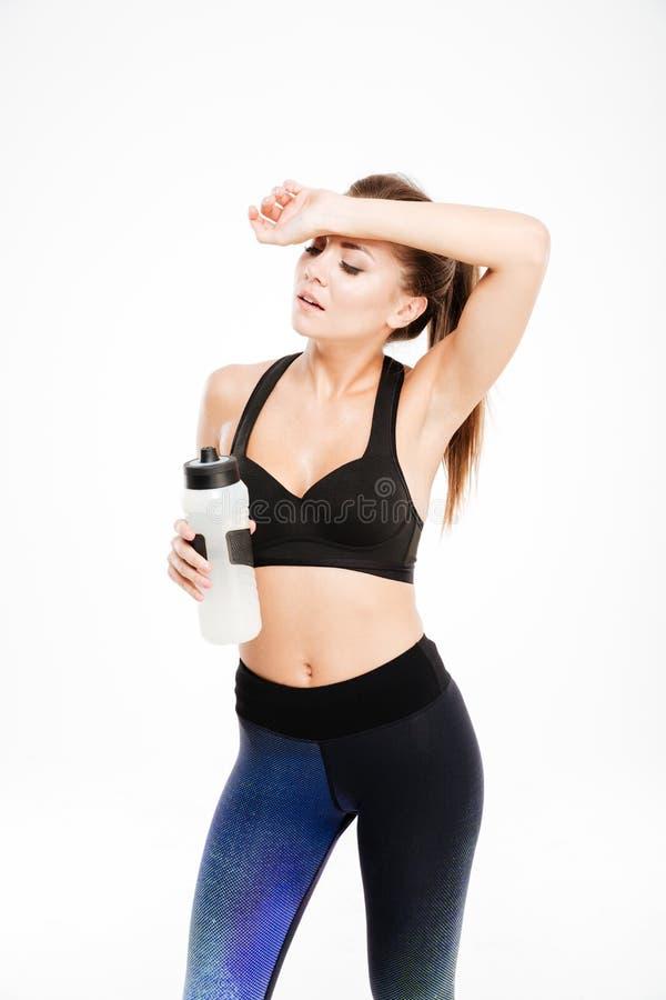Zmęczona sportsmenka po treningów wytarć poci się od jej czoła fotografia royalty free