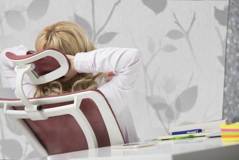 Zmęczona szyja Młody urzędnik kobiety cierpienie Od szyja bólu fotografia stock