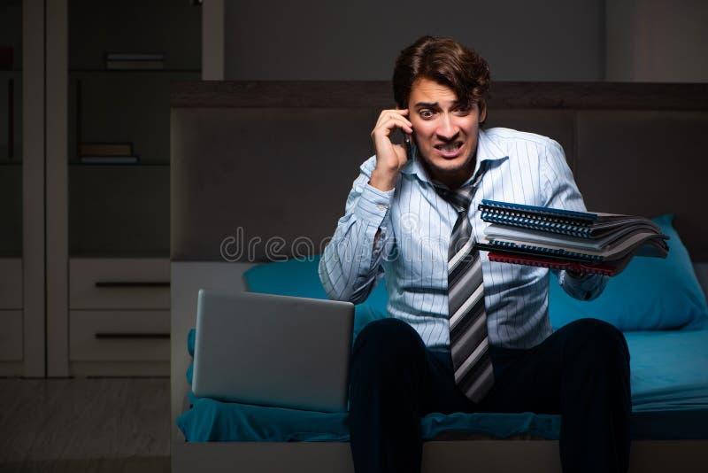 Zmęczonego biznesmena pracujący nadgodziny przy nocą w domu obrazy stock